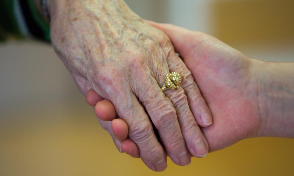 2 Hände im Close-up die sich halten